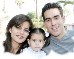 La pequeña Isaura Ivonne cumplió dos años de edad y fue festejada por sus padres, Rafael Ernesto Bustos González y Perla Ivonne García Bustos, en una divertida fiesta.