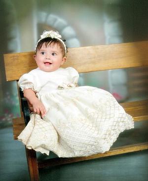 La pequeña Paulina en una fotografía de estudio con motivo de su bautizo.