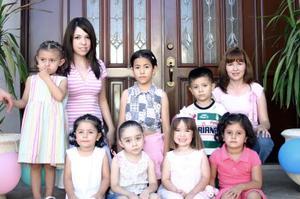 Antonella Haro del Río acompañada por su mamá, Jacqueline del Río de Haro y por un grupo de amiguitas, quienes le festejaron con un convivio por motivo de su cumpleaños.