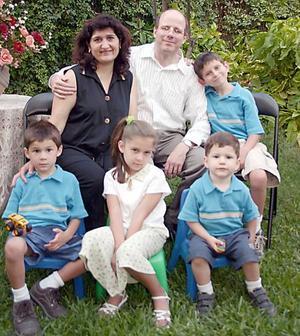 Benjamín Gessler y Mariel Madero de Gessler con sus hijos Gabriel, Isabella, Emmanuel y David Gessler Madero, en reciente festejo social.