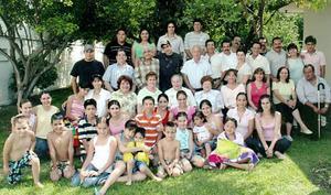 El Actor Héctor Gómez, acompañado por varias familias.