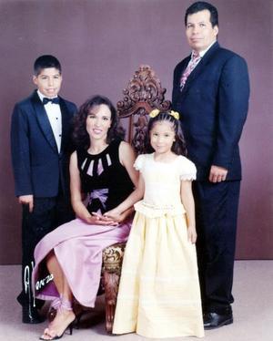 Ing. Carlos Antonio Robles Guillén y Sra. Perla Amira Nazer de Robles con sus hijos Luis Carlos y Nidia Amira Robles Nazer, quienes recientemente celebraron sus respectivas ceremonias de graduación.