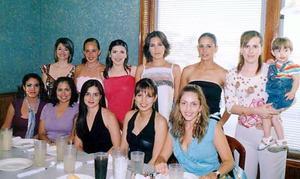 Irma Janeth Cáceres de Sánchez Saad en compañía de sus amigas.