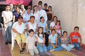 Jorge Castañeda Agüero y María Elena Villalobos Sosa acompañados por un grupo de familiares, quienes les organizaron un festejo pre nupcial.