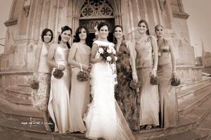 Srita. Bertha Patricia Agulera Morales, el día de su enlace nupcial acompañada por sus damas.