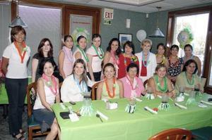 Susana Rodríguez de Vargas, acompañada por algunas invitadas a la fiesta de canastilla que le organizaron María Fernanda Belmont, Marycarmen Mora y Cinthia Lozano.