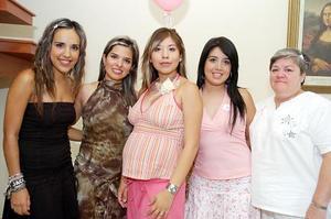 Yohalli Villegas, Marizhely de Villegas, Grettel Villegas y Lilia Agulera le organizaron una fiesta de canastilla a Priscilla Herrera de Villegas, por el cercano nacimiento de su primer bebé.