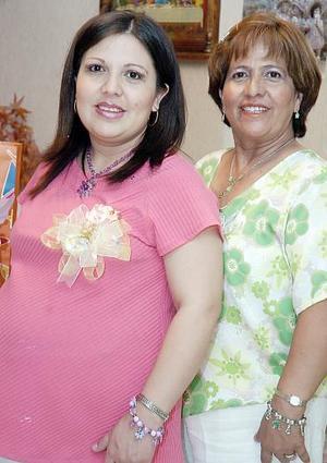Grisel Martínez de Ortiz acompañada por su mamá Alicia Romero de Martínez, quien le organizó una fiesta de canastilla en honor del bebé que espera.
