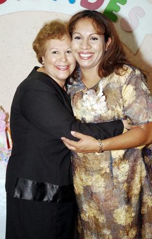<b>11 de julio 2005</b><p> Salma de Puentes recibió múltiples felicitaciones por el bebé que espera, en la fiesta de canastilla que le organizó Olivia García.