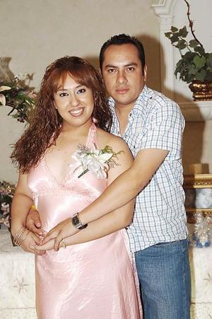 Nuria Rebeca Ramos Jiménez y Juan Manuel Lino Ramírez contraerán matrimonio el próximo 24 de septiembre, y por ello fueron despedidos de su vida de solteros.