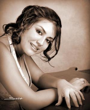 Érica Saucedo Ramírez, en una fotografía de estudio con motivo de su graduacíon.