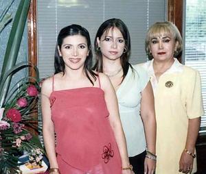 Irma junto a las organizadoras de la reunión su mamá, Irma Ramos de Cáceres y su hermana, Karla Cáceres Ramos.