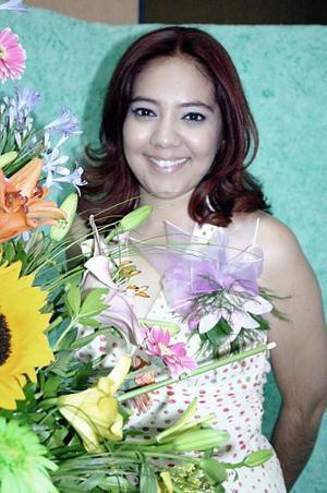 <b>10 de julio 2005</b><p> Liliana Gisela Ríos Mares, captada en la despedida que le ofrecieron Rosa Mayela Mares de Ríos y Cecilia Elizondo de Tinoco, por su próxima boda.