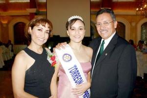 Efigenia I, reina del Club Rotario Torreón Empresarial, acompañada de sus padres Alejandro y Jovita Gallegos.