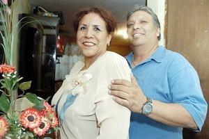 Francisca Esquivel de Martínez acompañada por su esposo, en la reunión que le ofreció con motivo de su cumpleaños.