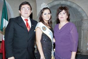 Gaby Ríos, reina del Club Rotario Torreón Sur, acompañada de sus papás, Armando Ríos y Gaby de Ríos.