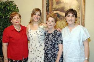 Carmen Aída Madero Gutiérrez recibió felicitaciones de sus familiares y amigas, en la despedida de soltera que le organizó su mamá, María del Carmen Gutiérrez de Madero.
