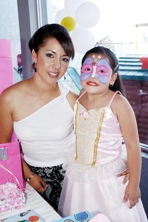 Daniela García Betancourt captada junto a su mamá Adriana Betancourt Romero, el día de su piñata.