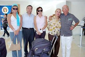 Susana López, José Refugio López, Angélica y Olga Cabelaris y José Luis Ramos, viajaron a París.