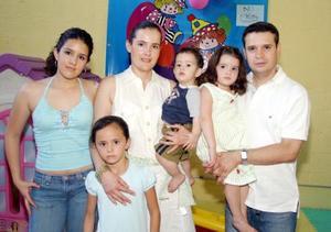 Antonio González y Martha de González con sus hijos Diego Antonio, María Fernanda y Andrea González, y Mayela del Río.