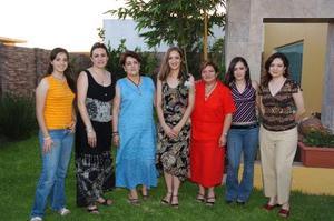<b>12 de julio 2005</b><p> Marcela Alejandra Perea en su despedida de soltera, acompañada por amigas y familiares.