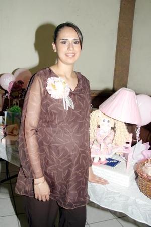 <b>12 de julio 2005</b><p>  Por el futuro nacimiento de su primer bebé, María Teresa Aldama de Monárrez fue festejada por un grupo de amigas con una reunión de canastilla.