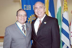 Jesús Zavala y Javier Ruiz, presidente entrante y saliente, respectivamente del Club Rotario de Torreón.