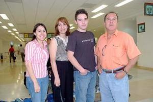 Luis Alberto Esparza viajó a Grecia y fue despedido por Alfredo, Elisa y Margarita Esparza.