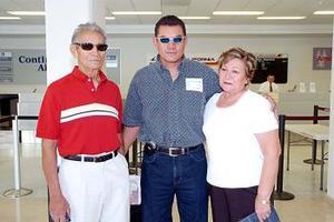 Héctor Guerrero viajó a Tijuana y fue despedido por Elvira Muñoz y José Héctor Guerrero.