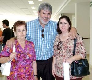 <b>13 de julio 2005</b><p> Elías Muñoz viajó a California y fue despedida por Mayela y Gerardo Quezada.