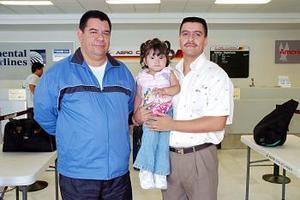 <b>14 de julio 2005</b><p> Francisco Javier Galindo y Marlene viajaron a San Diego y los despidio Roberto Galindo.