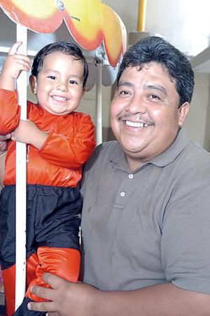 <b>13 de julio 2005</b><p>  El pequeño Andrés Martínez Sánchez junto a su papá Juan Andrés Martínez, el día que festejó su tercer cumpleaños.
