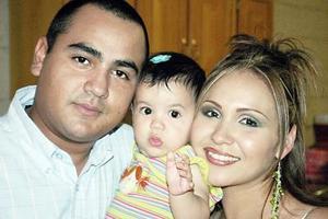 Camila Isabela Maldonado Jáuregui acompañada por sus papás, Jesús Alberto Maldonado Ruiz y Luz Elena Jáuregui de Maldonado, en la reunión que le prepararon con motivo de su cumpleaños.