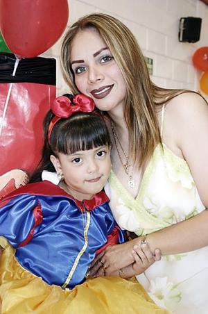 Andrea Tello Torres en compañía de su mamá, Yolanda Esparza de Torres, quien le preparó una merienda por sus cinco años de vida.