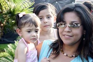 <b>14 de julio 2005</b><p> Alejandra de Marroquín con sus hijos Mariana y Ale Marroquín, en reciente festejo.