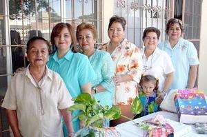 Patricia Fuentes Ruelas disfrutó de una despedida de soltera que le organizaron Graciela Rosales de Ruelas, Carolina de Ruelas, María Teresa de Ruelas y Olga de Ruelas, a la que asistieron sus familiares.