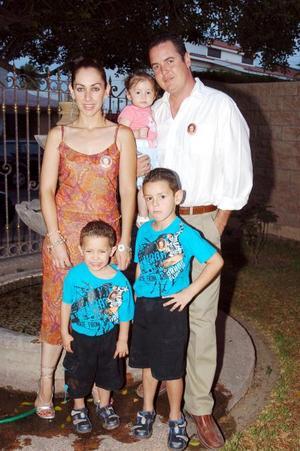 Juan Antonio Izquierdo García, con su esposa Melina e hijos Diego, Axel y Bárbara.