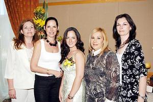 La futura novia con las anfitrionas del festejo, María Eugenia de Rodríguez, Maruca de Gómez, Mague de Villar e Irma de Alanís.