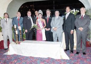 <b>14 de julio 2005</b><p>  Nueva mesa directiva del Club Rotario Torreón Oriente, acompañados de su majestad Mey Yein Chiw Chávez.