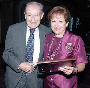 Arturo González entregó un reconocimiento por la labor que desempeñoen favor de comunidades ejidales a Tere de Ruiz.
