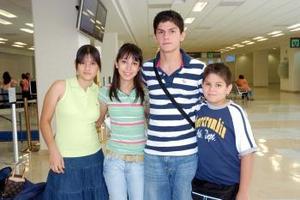 Claudia Marmolejo y Sergio, Daniel y Bárbara Valdez viajaron a Cancún.