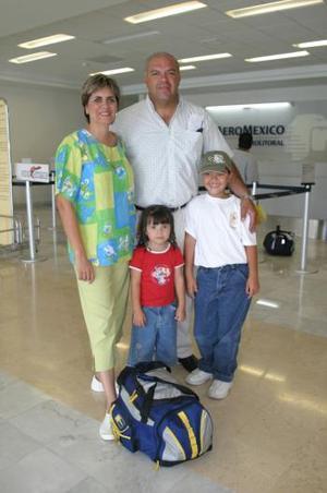 Luis Martínez Almonte y Elena de la Mora de Martínez, con sus hijos Daniel y Bárbara.