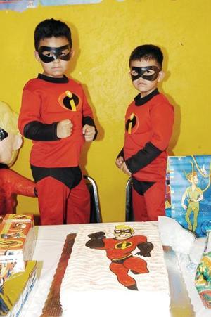<b>15 de julio 2005</b><p> José Emilio y Roberto Carlos Muñoz con sus atuendos de Los Increíbles, el día que celebraron sus cumpleaños.