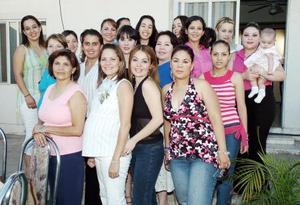 Alicia Izquierdo de Velazco recibió múltiples felicitaciones de sus familiares y amigas, en la reunión de canstilla que le prepararon en días pasados por el próximo nacimiento de su segundo bebé.
