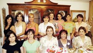 Bety Nieto de Martínez, en compañía de un grupo de amistades el dÍa de su cumpleaños.