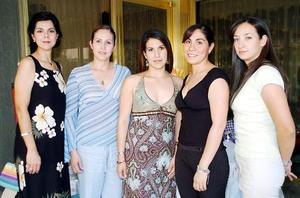 Mayté Romero García acompañada por un grupo de amigas en su fiesta de despedida.