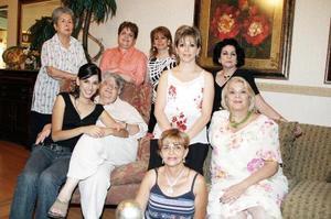 <b>16 de julio 2005</b><p> Ana Lucía Cepeda, Gaby y Ángeles Sáenz, María Elena Martínez, María Eugenia Herrera, Emma Verdeja, Argentina Campos y Margarita Verdeja, en una reunión para Ana Lucía Sáenz.