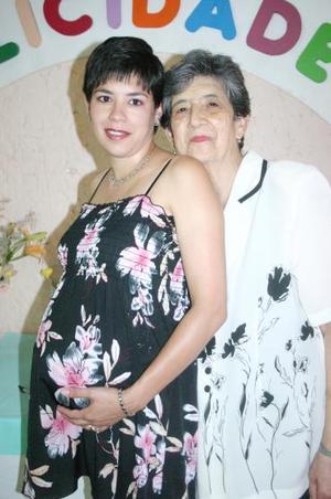 Silvia Marcela Carrillo de González en compañía de Élida Cano de Carrillo, quien le ofreció una fiesta de canastilla por el próximo nacimiento de su bebé.