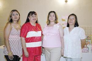 Karla Inés Rangel, Martha Alicia Domínguez de Rangel y Carmela Martínez de Agredano le organizaron una bonita fiesta de regalos, en honor del bebé que esperaa Ayde Sugeily Agredano de Rangel.