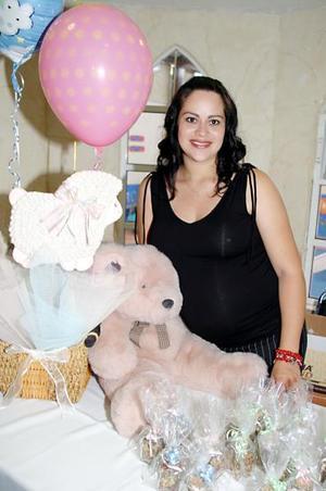 <b>15 de julio 2005</b><p>  Brenda Pérez de Correa espera el nacimiento de su segundo bebé y por ello disfrutó de un tierno festejo de canastilla.